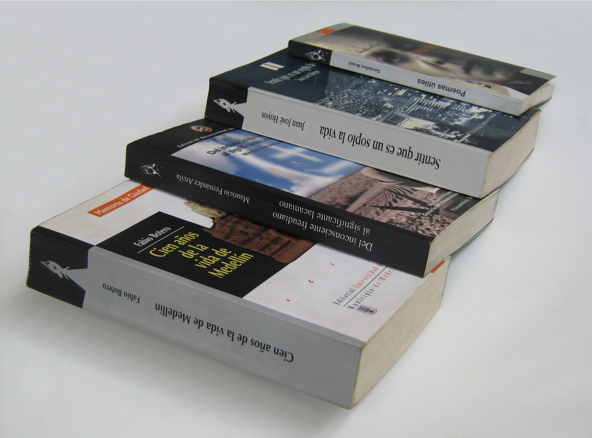Photo of a stack of books printed in Spanish