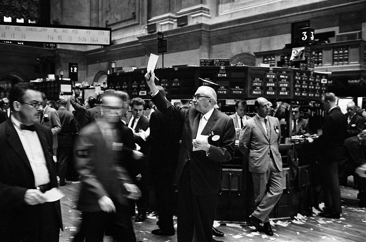 Black and white photo of the rush of people at the New York stock exchange
